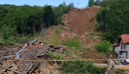 На Закарпатье два дома и авто засыпало землей