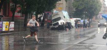 В Тернополе молочный фургон провалился в канализацию. Фотофакт