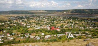 Розыск: в селе Черновицкой области скрывается мужчина с российским флагом