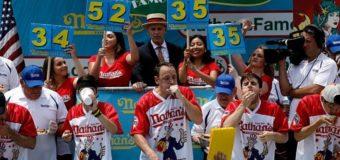 В США на чемпионате по поеданию хот-догов установили рекорд