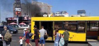 В Киеве загорелся автобус с пассажирами