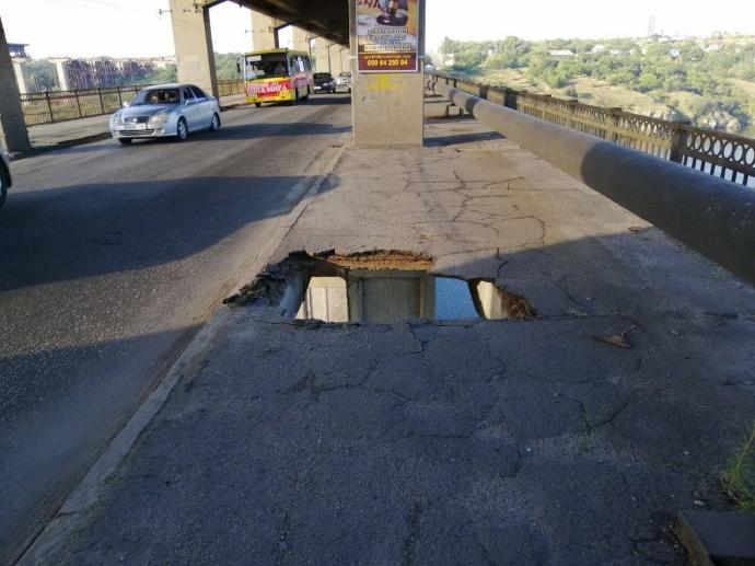 В Запорожье маршрутка зависла над рекой на мосту