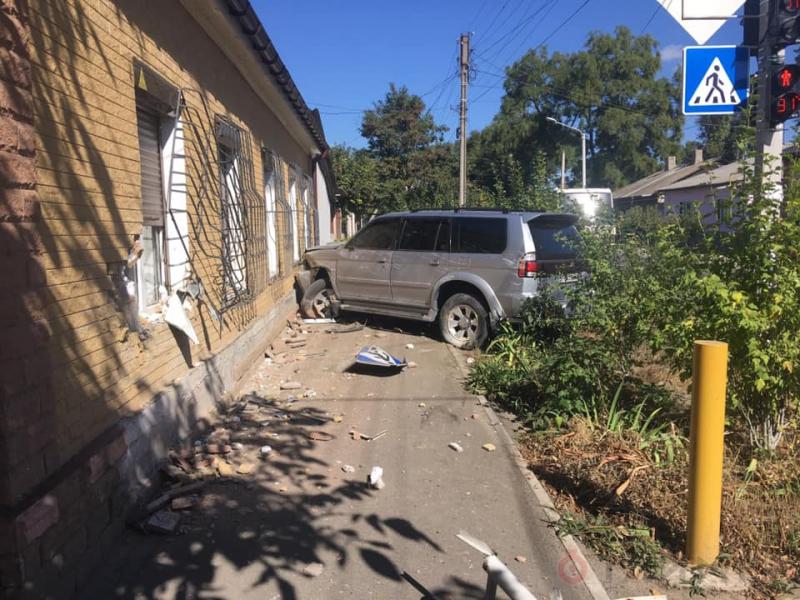 В Одесской области внедорожник врезался в дом. Фото