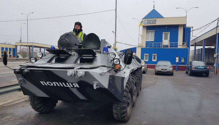 На въездах в Одессу дежурит бронетехника. Фотофакт