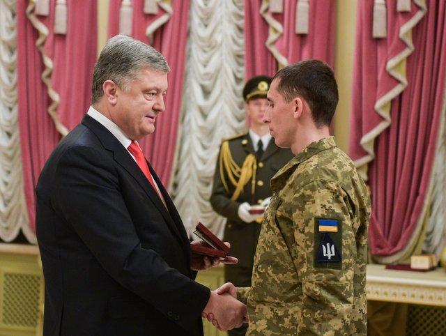 Петр Порошенко наградил бойцов ВСУ государственными наградами. Фото