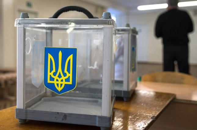 В Киеве детям раздавали книжки с партийной символикой