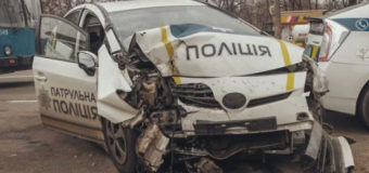 В Киеве патрульное авто врезалось в электроопору