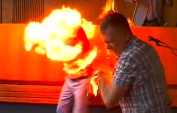 У Житомирській області підприємець підпалив себе у міськраді. Відео