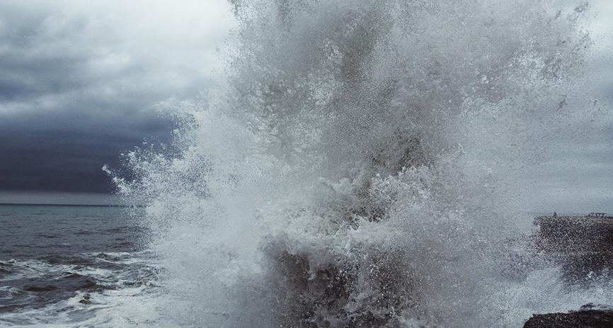 Біля берегів Франції вирує шторм «Мігель»