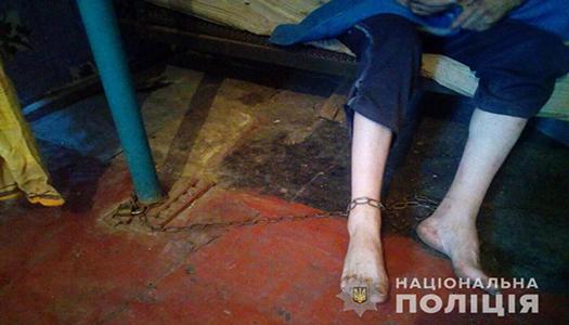 Під Дніпром мати тримала сина-інваліда на ланцюгу