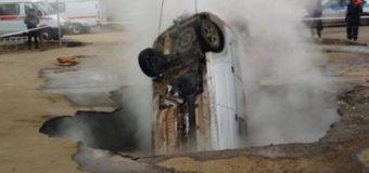 В России автомобиль провалился в яму с кипятком, погибли два человека. Видео