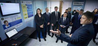 Владимир Зеленский первый в Украине внес электронную подпись на чип ID-карты