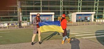 Украинцы прибывают в аэропорт для эвакуации из города Ухань