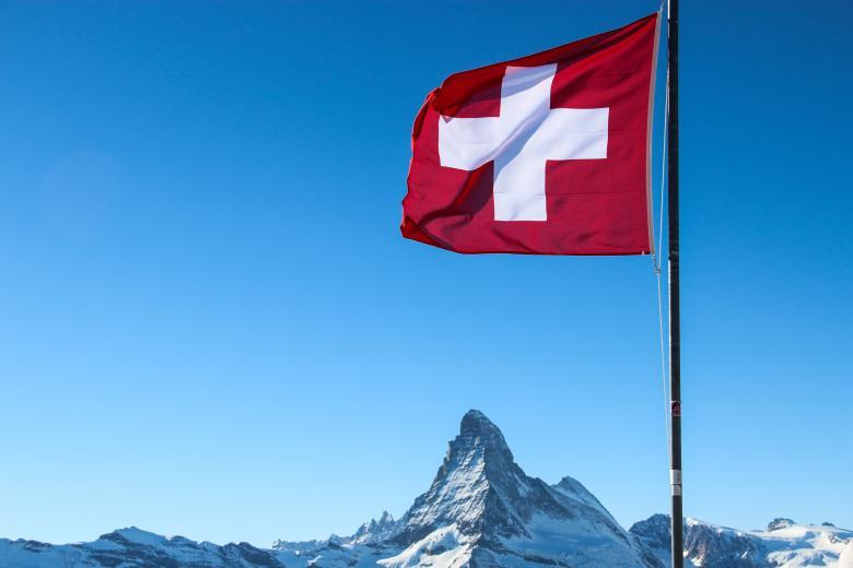 Швейцария запретила собираться компаниями более пяти человек