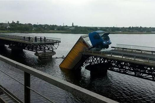 Под Никополем мост рухнул в воду вместе с фурой. Фото и видео