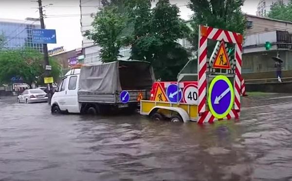 Потоп на дорогах Киева. Фото. Видео