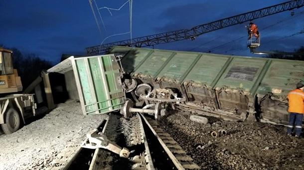 Авария на ж/д под Днепром: перевернулись восемь вагонов поезда